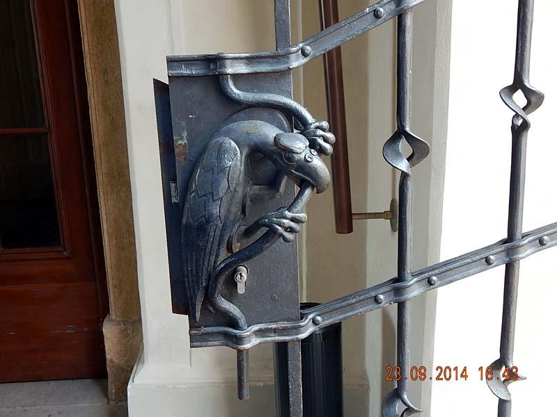 выставки художественные на входных дверях